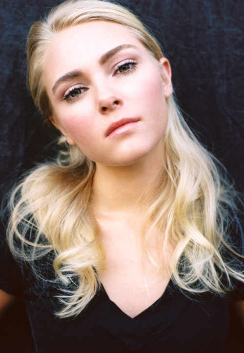 Anna Sophia Robb Stars as a Surfer with One Arm? Recognise this woman? She is the young star of Charlie and The Chocolate Factory and Bridge to Terabithia. Now all grown up and moving onto more mature films, shes chosen to star in the new True Story of Bethany Hamilton who lost her arm in a shark attack whilst surfing.  The Film focus's on the youngsters determination to overcome her disabilty and get back on the board. Anybody who goes through that and has the courage to get back in the water, is a Brave Brave person!