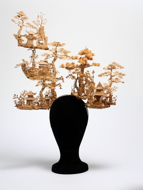 fashionisgreat:   'Chinese Garden' - Philip Treacy for Alexander McQueen, s/s 05  zarahlee  すごい。
