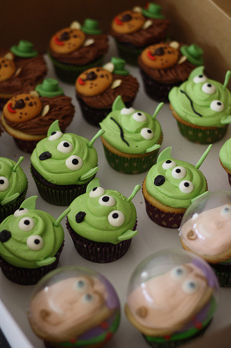 cupcakejunkie:  Toy Story Cupcakes (by bakers-cakes)  Those buzz cupcakes looks AWESOME