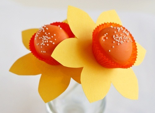 (via Bake at 350: Daffodil Cake Pops)