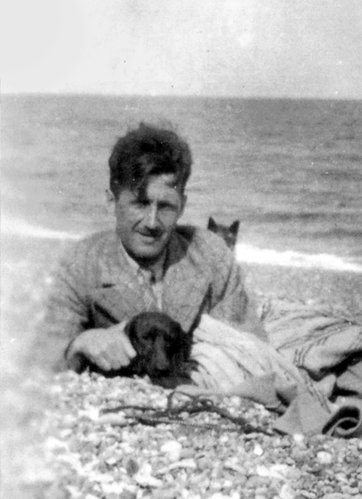 yourcatwasdelicious:  george orwell    George Orwell and what we can safely assume is a kitty on the background. Circa 1984