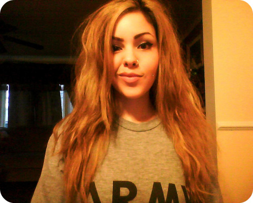 magalomania:  Done with straightening my hair. Lioness. Rawr. It's always nice to see a good looking woman in anything that says ARMY!!!  HOOOAHH!!!!