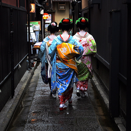 trio : maiko (geisha apprentices), kyoto japan by momoyama on Flickr..