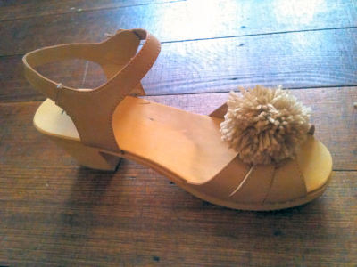 mildlyinterestingadventures:  DIY Pom Pom Shoe Clips | The Mildly Interesting DIYs of Emma That's right Tumblrs, I have a website just for tutorials by me! Woo! This DIY has already been on here, back in January. That's so weird that January seems like so long ago! Anyway, The Mildly Interesting DIYs of Emma is where I'm going to put my tutorials as I can upload multiple pics easier than here on Tumblr. So keep an eye out for tutorials by yours truly, because there will be more! In fact, I did one today but I need to take photos. I can't wait to get an iPhone 4 cos the picture quality on my current phone is crap and it's the only camera I have. Anyone have a DSL they want to give me?!