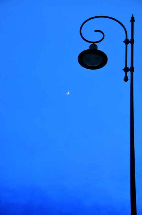 jdtravels:    Sous la lune - Songy - France http://jdtravels.tumblr.com/archive #Photo #Travel #Lune #Lampadaire #Songy #France #JDMorvan
