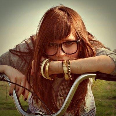 t-ribeeiro:  Quando uma garota muda seu humor, de um sorriso para uma lágrima, ou do nada fica quieta, existem 3 motivos possíveis: ela está com ciúmes, ela está com algum, problema, ou ela está machucada.