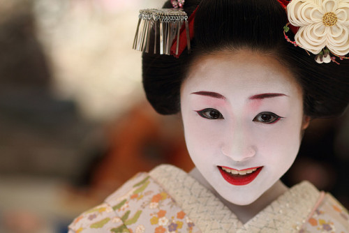 舞妓 勝瑠さん smile / girl / portrait / people : maiko (apprentice geisha), kyoto japan / canon 7d  by momoyama on Flickr.