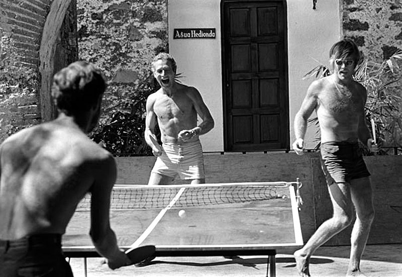 awesomepeoplehangingouttogether:  Paul Newman and Robert Redford playing Ping Pong