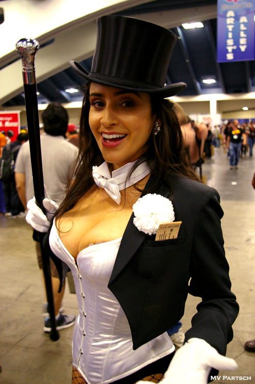 Zatanna Zatara: Mistress of the Ethereal Magicks. WonderCon. San Francisco. 2011. Exhibit Hall East. Artists' Alley. Demrofrep Yb Yalpsoc Suineg Valerie Perez: http://twitter.com/#!/valerie_perez
