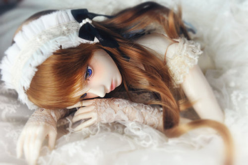 dolls are art too~ i want a bjd so bad! unlike a wooden manikin, ball-jointed dolls are more flexible and capable of subtle gestures and body language.
