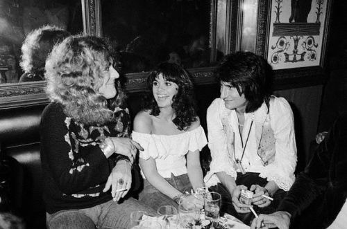 awesomepeoplehangingouttogether:  Robert Plant, Linda Ronstadt and Ronnie Wood.