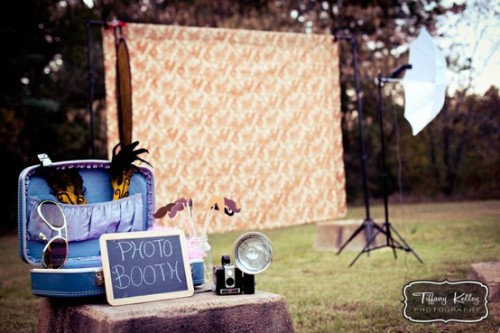 500daysofweddings:  cute, easy DIY photobooth. (via Pinterest)