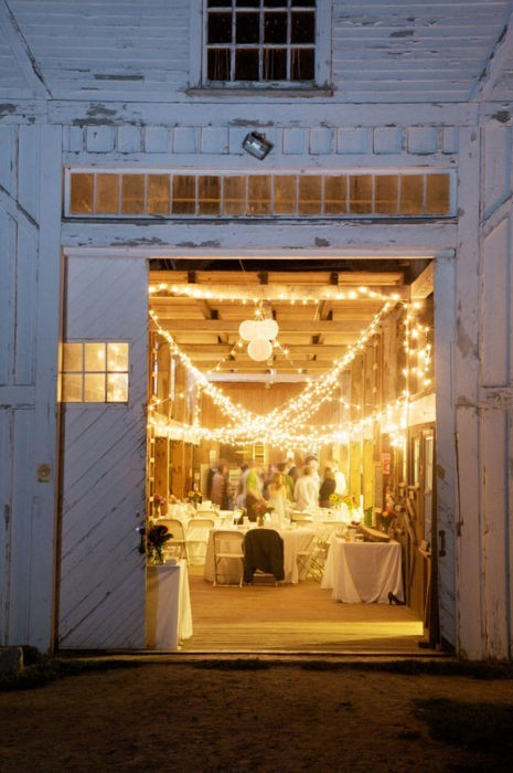 I would love to get married on a farm, in a barn. This white barn with infinite lights strung inside looks like the perfect venue. <3yelle
