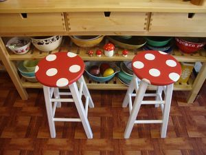 simple idea to spruce up old, boring stools you have lying around the house. quite lovely, huh? How-To: Mushroom Stool — DIY How-to from Make: Projects (via craftzine)