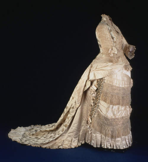 Evening dress worn by First Lady Lucy Hayes, 1880 United States, Smithsonian Museum of American Art This was worn to the White House's New Years Eve reception