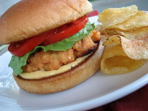 cravingsforfood:  Salmon burger with chips.