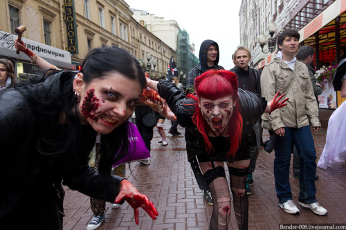 On the 13th of May people in zombie costumes arranged a parade in the  Moscow street Arbat, a lovely place for a fleshmob. Source: Bender via English Russia