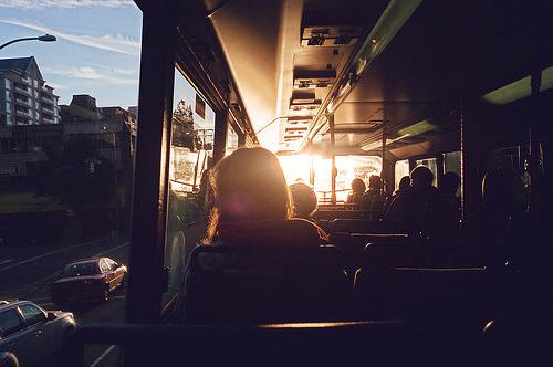 Daí penso coisas bobas quando, sentado na janela do ônibus, encosto a cabeça na vidraça, deixo a paisagem correr, e penso demais em você. (Caio Fernando Abreu)