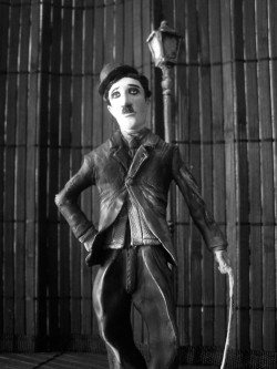 Charlie Chaplin, sculpture made of cold porcelain and painted in black and white. By Fabio Rincones.