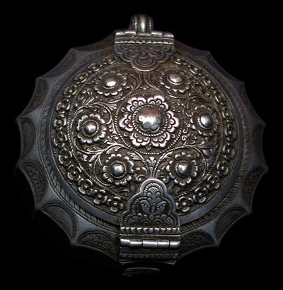 Indonesian Art Betel Leaf Holder Borneo (Kalimantan) Silver