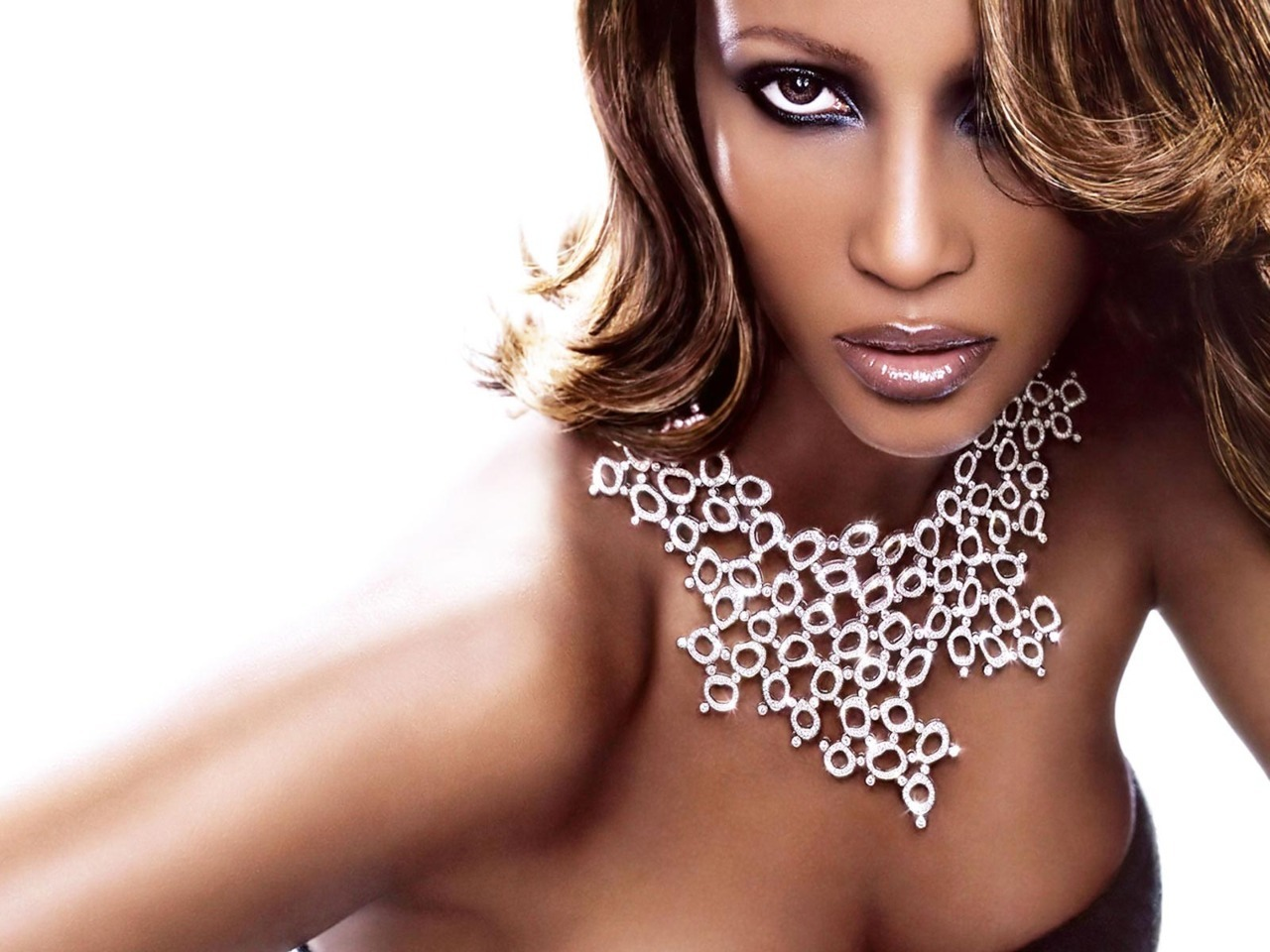 Love Iman! She's so gorgeous! Beautylish is giving away a copy of her makeup artist's DVD, Fine: The Basics of Beauty. I hope I win! But you can enter here too! (image source)