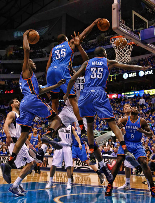 getbangedon:  Kevin Durant dunks on Brendan Haywood: The Poster. A step-by-step run through of the violence. (Image via @NBA_Photos)