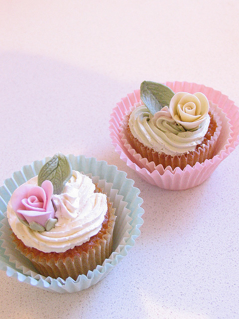 snookiecollins:  shabby chic cupcakes by kylie lambert (Le Cupcake) on Flickr.ahhh sweetness……….