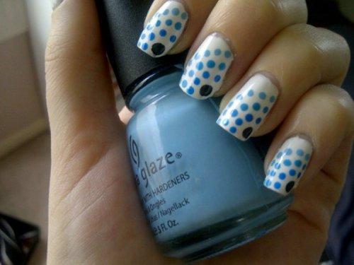 nailtopia:  Dots with different shades of blue.China Glaze - Snow, Revlon - Lunar, Icings - Blue, Sally Hansen - Blue Me Away, China Glaze - Bahamian Escape