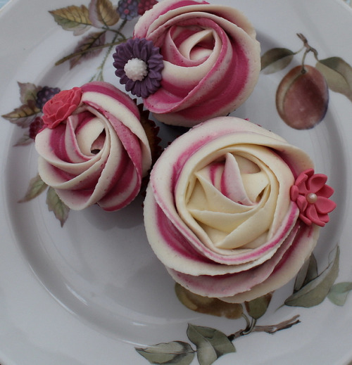 sweetgratification:  Piped rose cupcake by Victorious Cupcakes on Flickr.