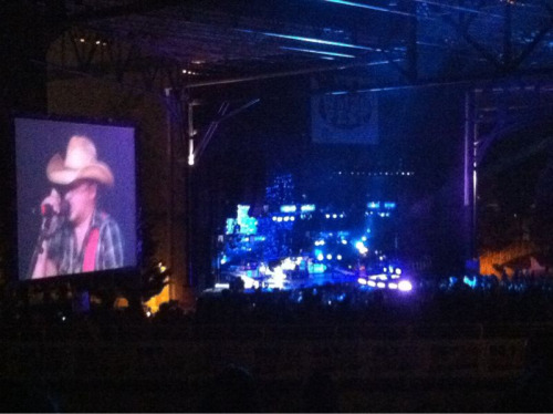Jason Aldean is simply amazing.