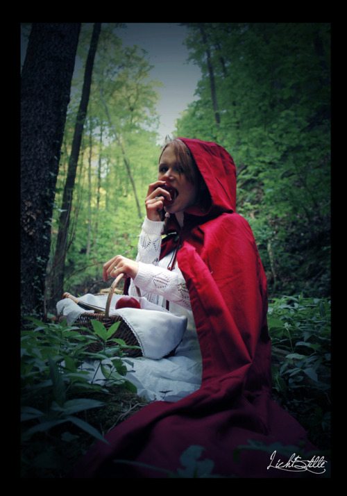 (via little red riding hood by ~LichtStille on deviantART)