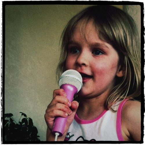 Isela laulaa Jenniä. Taas.My 5 years old daughter loves singing and dancing.