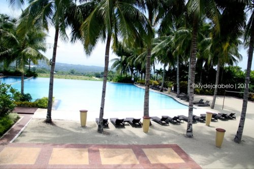Villa de Mercedes, Davao City This is a private resort / village around 30-45 minutes from downtown Davao. Who'd have thought in an NPA-infested area, you'll find this exclusive club house that boasts a massive infinity pool and a vast area for dining, playing and chilling out. This is definitely one of my most favorite getaway!