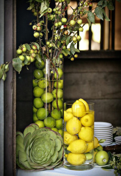 Lemons and limes serving as table decorations. Snazzy.