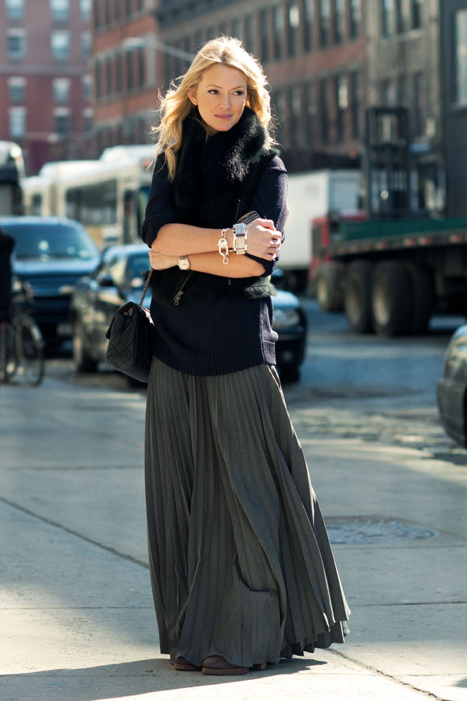Zanna Roberts Rassi, Senior Fashion Editor at Marie Claire US Michael Kors sweater, Ohne Titel vest, Tommy Hilfiger skirt, Chanel Bag