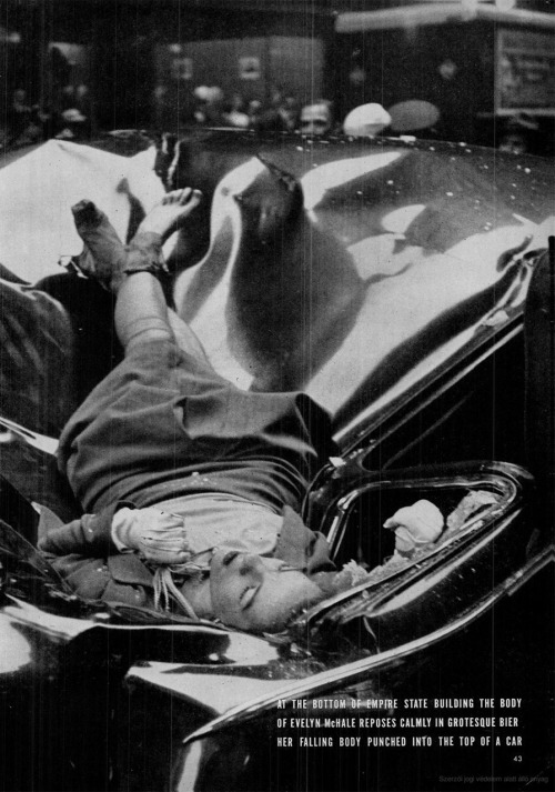 scanzen:  On May 1, 1947, Evelyn McHale leapt to her death from the observation deck of the Empire State Building. Photo: Robert Wiles. LIFE May 12, 1947On May Day, just after leaving her fiancé, 23-year-old Evelyn McHale wrote a note. 'He is much better off without me … I wouldn't make a good wife for anybody' She went to the observation platform of the Empire State Building. In her desperate determination she leaped clear of the setbacks and hit a United Nations limousine parked at the curb. Across the street photography student Robert Wiles heard an explosive crash. Just four minutes after Evelyn McHale's death Wiles got this picture of death's violence and its composure.