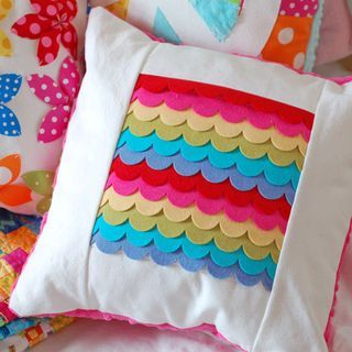 Two stunning & colorful pillow how to's by Paper Scissors Superheros (via Pinterest)