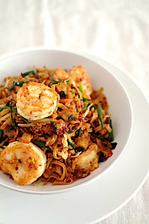 lovelylovelyfood:  Chinese Fried Flat Noodles With Chives, Chili, and Shrimp