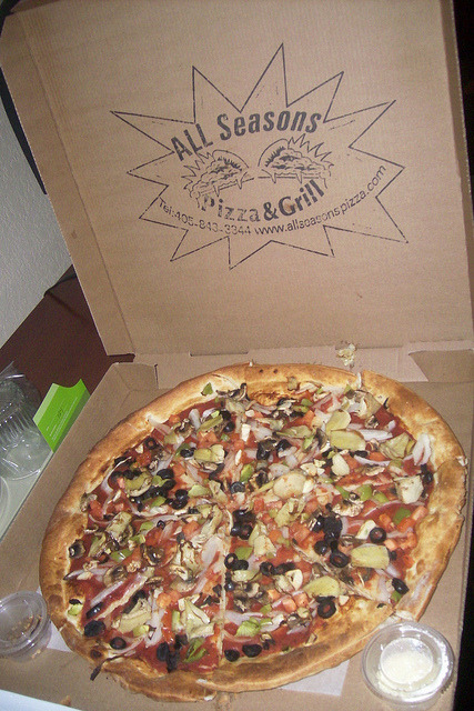 veganpizzafuckyeah:  Vegan pizza in Okalahoma City! WHO KNEW? CC image via flickr user bamalibrarylady:  A pizza from all seasons pizza and grill topped with olives, onions, artichoke heart, and tomatoes.  http://www.allseasonspizza.com, go there!