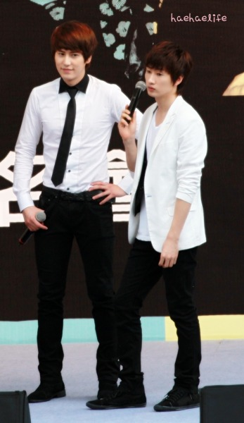 See, If I was in Kyuhyun's position I'd be staring at Eunhyuk too.