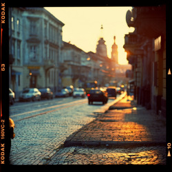 Sunset street by Denis Allbertovich on Flickr.ah, the focus. ahhhhhh, that color. ahhh, i wanna go back to europe.