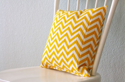 Another Chevron tutorial for you this time a pillow cover, wouldnt this look great on your sofa? I think so too get the tutorial from {Dana who blogs at Made}