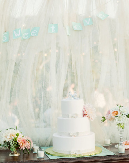 (via Real Wedding: Nicole   Dan's Wedding at Condor's Nest Ranch | Green Wedding Shoes Wedding Blog | Wedding Trends for Stylish   Creative Brides)