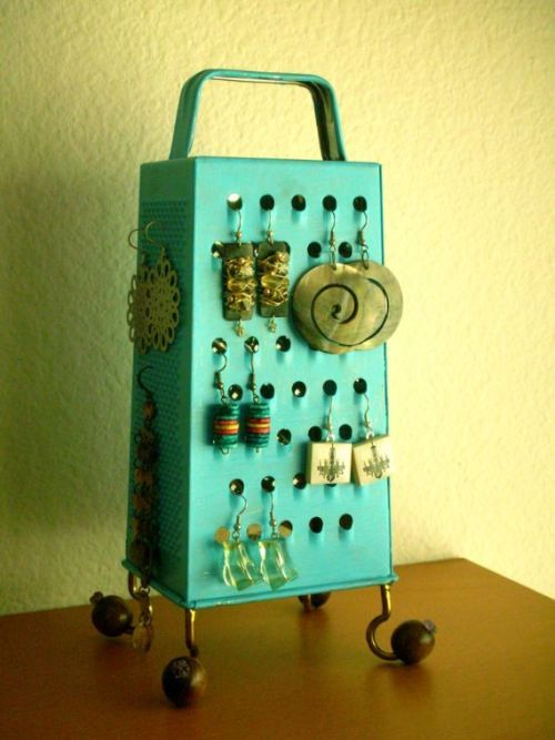 nikkileemarrone:homemadecrap:   DIY Earring Organizer via Groove Press Yes folks, a cheese grater…..   Now, if only I had such an awesome looking cheese grater.