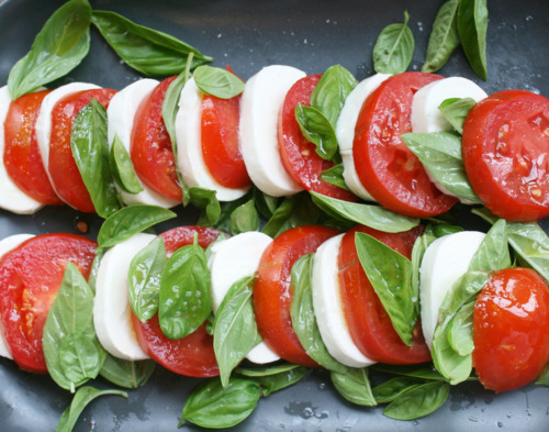 Tomato, mozzarella, and basil, salad. For those who eat cheese or vegan cheese. It looks really good. Mozzarella is low histamine. Care with tomatoes those who are histamine intolerant. eco-soul:  yummmmmmmy