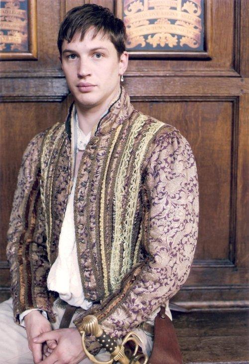 Tom as Robert Dudley in The Virgin Queen, in a HQ still that I've scanned. :)