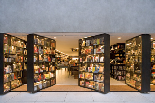 bookshelfporn:  Livraria da Vila bookstore in Brazil features creative doors made out of bookshelves.     Cool.