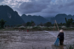 LAOS. Vang Vieng. Woman fishing. ⓒ Julie Mayfeng