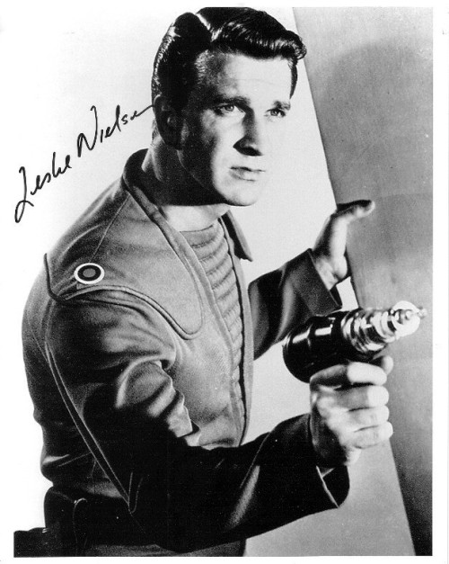 Leslie Nielsen en Forbidden Planet (1956). Qué gran capitán del Enterprise hubiera sido… (via monsterman)