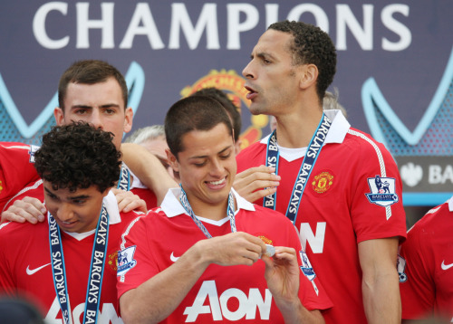 I don't care that Manchester United is the Champions League 2011 runner-ups… This photo especially Javier Hernandez's (aka Chicharito) smiling on his consulation prize is enough for me. I love you Chicharito! lol